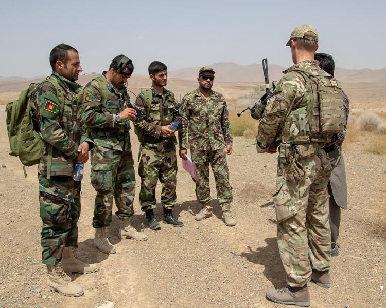 アフガニスタン軍兵士を指導するイギリス軍兵士(Image:アメリカ国防総省)