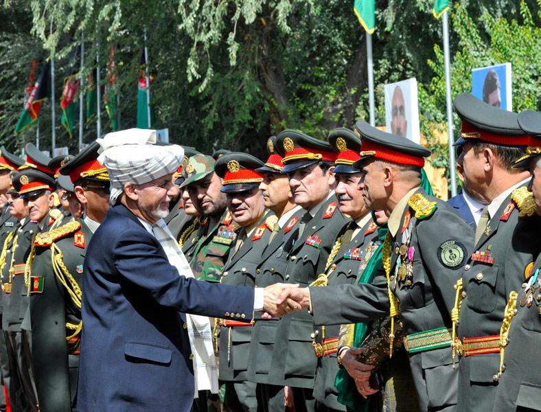独立記念日にアフガニスタン軍兵士と握手するガニ大統領(Image:アメリカ国防総省)