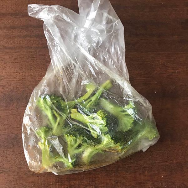 生のブロッコリーを小房に切り分けポリ袋で醤油とごま油各小さじ1と馴染ませる(山本ゆりさん提供)