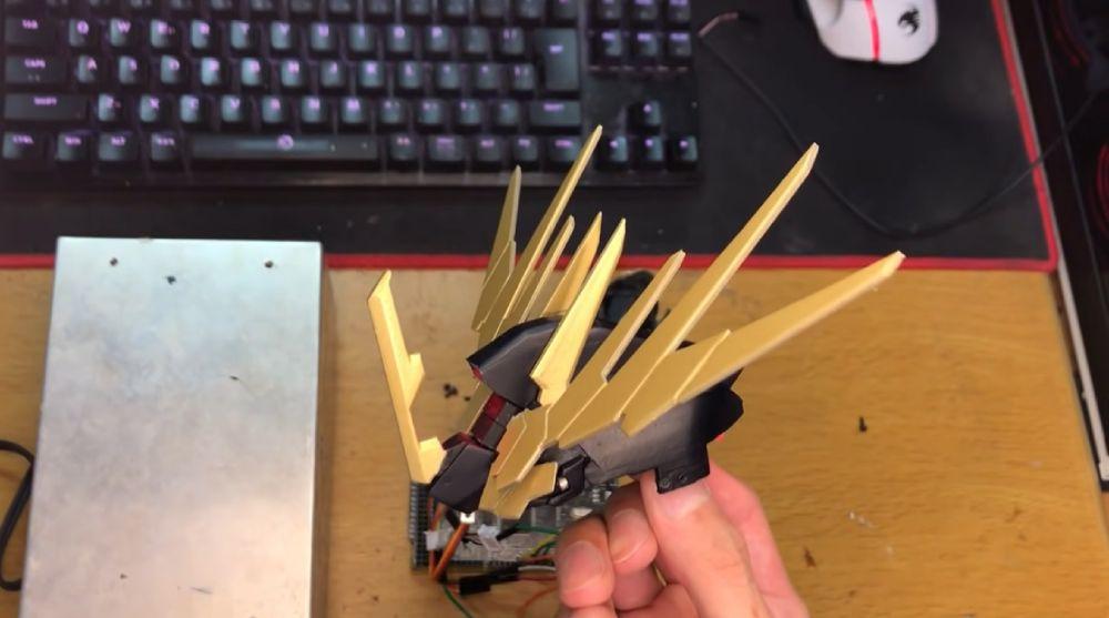 プログラムを発動すると、とさかのモーターがアンテナを観音開きのごとく開放。
