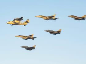 アラビア海上空で編隊飛行する米仏空母艦載機(Image:U.S.Navy)