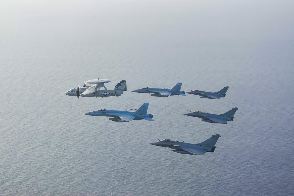 編隊飛行する米仏の空母艦載機(Image:U.S.Navy)