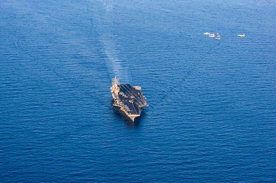 空母アイゼンハワー上空を編隊飛行する米仏の空母艦載機(Image:U.S.Navy)