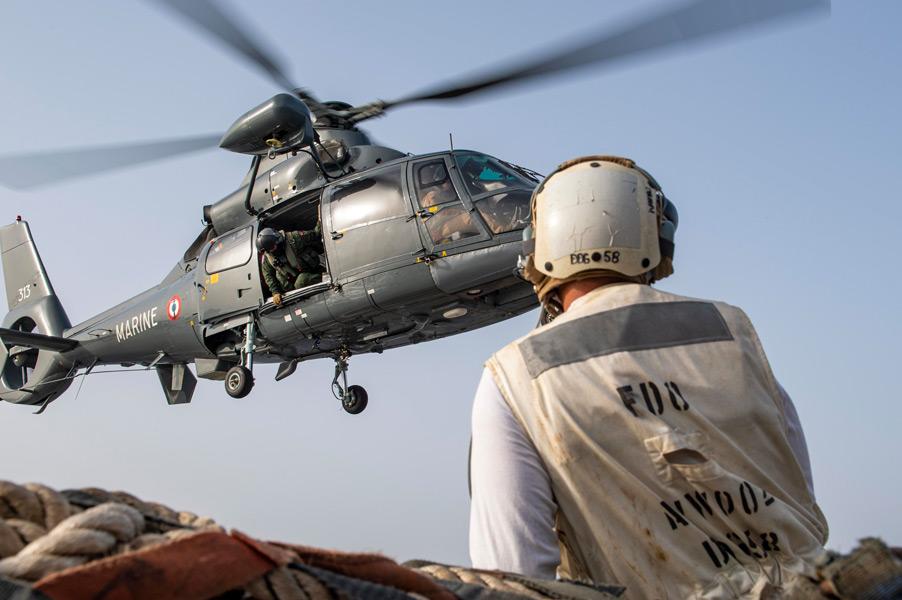 アメリカの駆逐艦へやってきたフランス海軍のヘリコプター(Image:U.S.Navy)