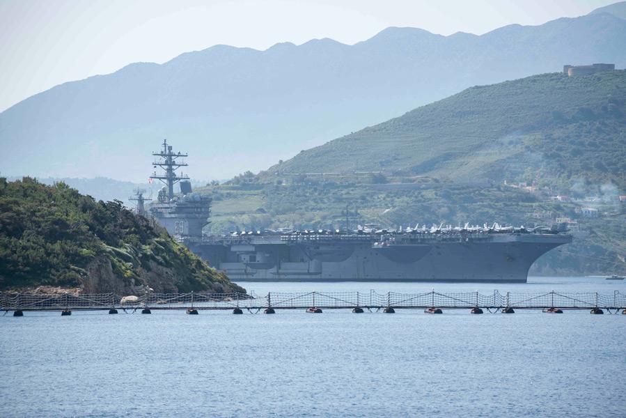 補給のためクレタ島に寄港する空母アイゼンハワー(Image:U.S.Navy)