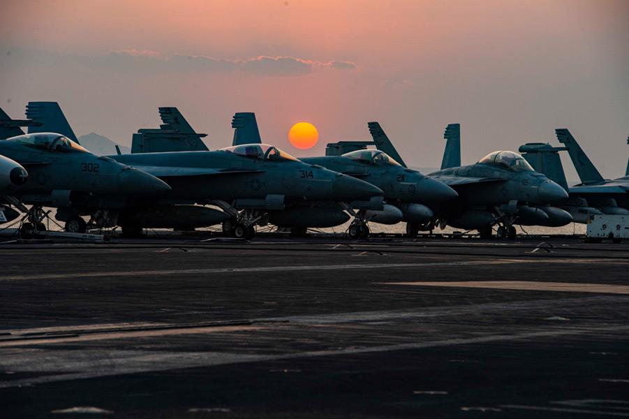 スエズ運河の夕暮れ(Image:U.S.Navy)