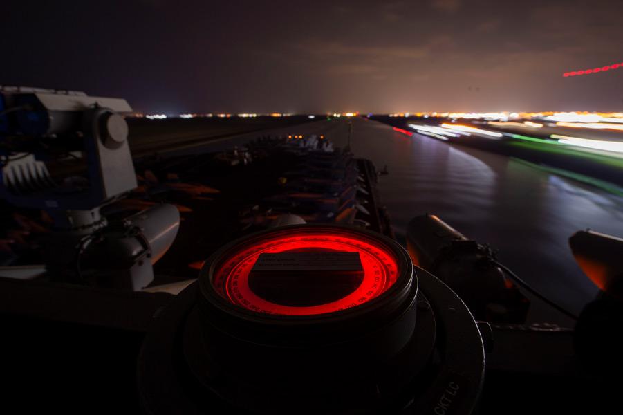 夜のスエズ運河(Image:U.S.Navy)