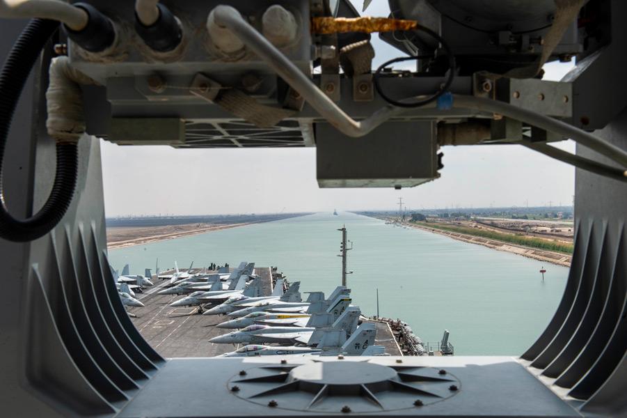 スエズ運河を通航する空母アイゼンハワー(Image:U.S.Navy)