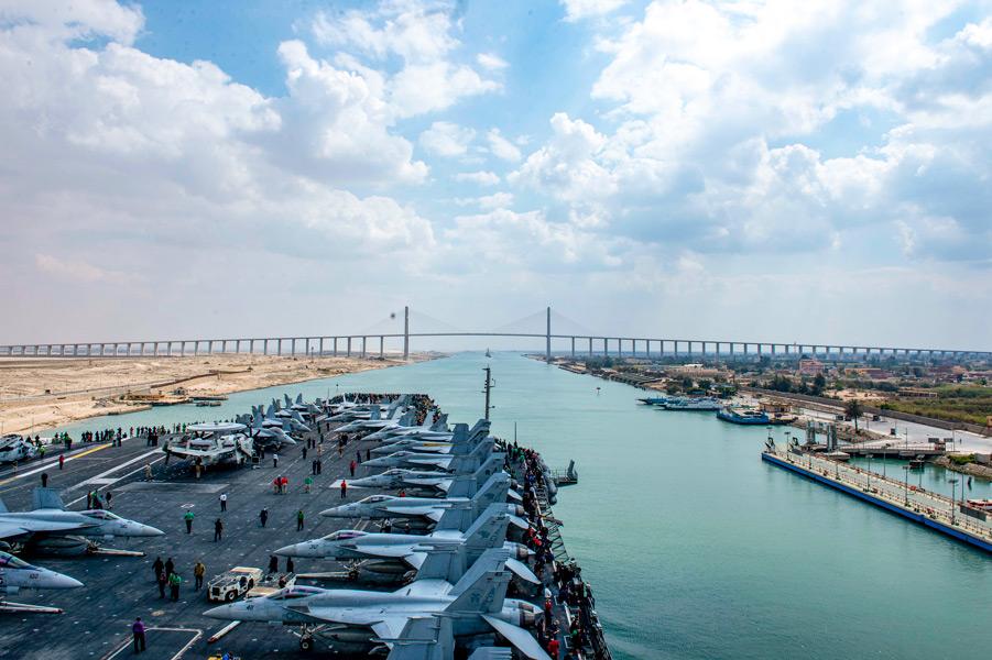 スエズ運河を通過する空母アイゼンハワー(Image:U.S.Navy)
