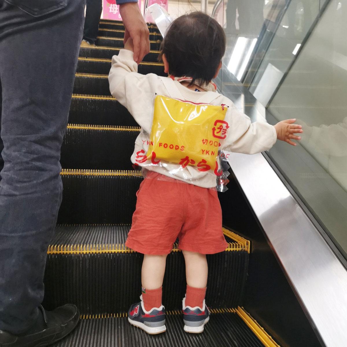 「からし(2g)なキッズリュック」を身につけたお子さんとのお出かけ(yukanaさん提供)
