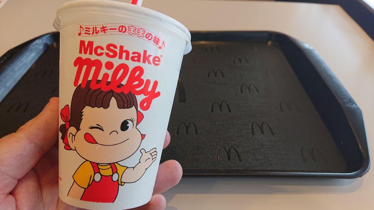 「ミルキーのままの味」のフレーズに、ウィンクとサムアップのようなポージングのペコちゃんのイラストのドリンクカップ。