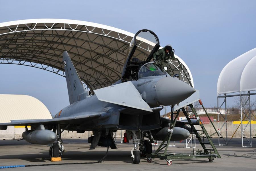 愛機に乗り込むスペイン空軍のパイロット(Image:スペイン空軍)