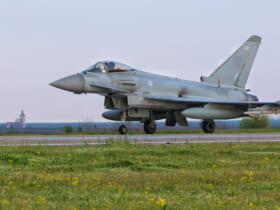 ルーマニアに到着したイギリス空軍のユーロファイター・タイフーン(Image:NATO)