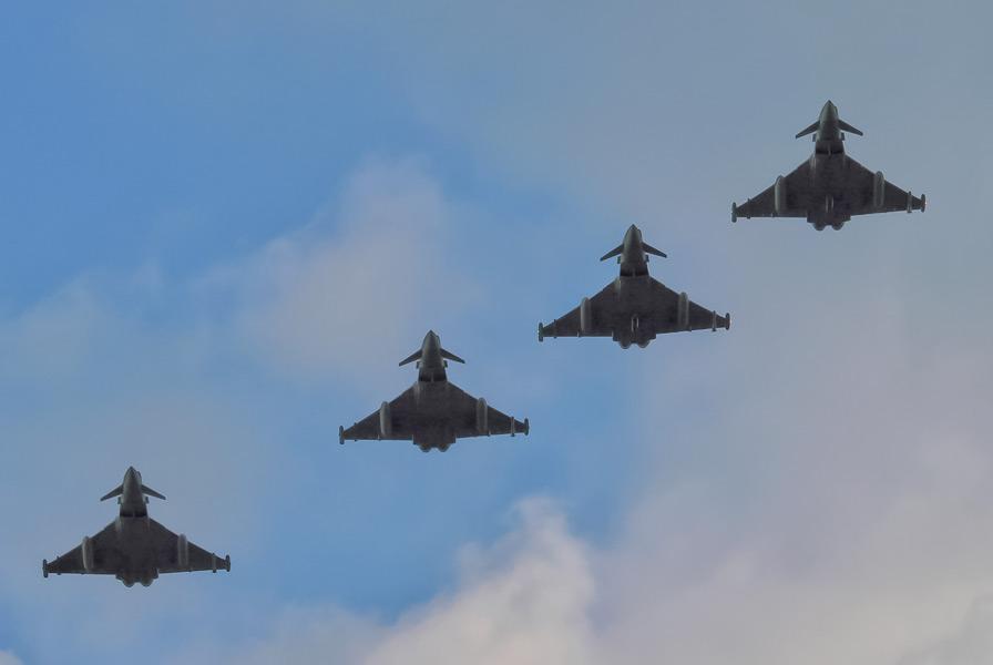 ミハイ・コガルニチャヌ基地に到着したイギリス空軍のユーロファイター・タイフーン(Image:NATO)