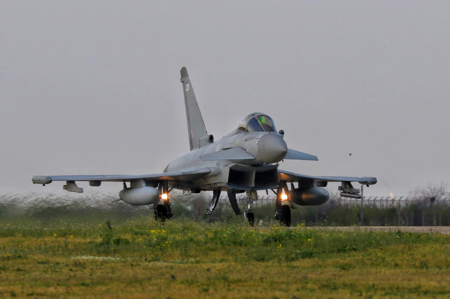 ミハイ・コガルニチャヌ基地に着陸したイギリス空軍のユーロファイター・タイフーン(Image:NATO)