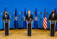 記者会見するブリンケン国務長官(左)ストルテンベルグNATO事務総長(中)オースティン国防長官(右)(Image:NATO)