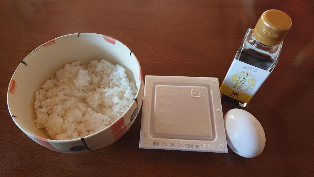 ごはん、生卵、納豆に醤油を用意。
