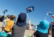 祝賀飛行を見る子どもたち(Image:Commonwealth of Australia)