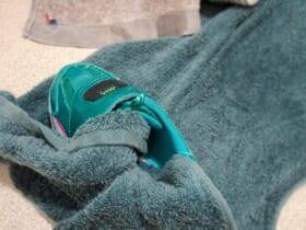 タオルで包んで洗濯機で脱水すると時短に(Pekepomさん提供)