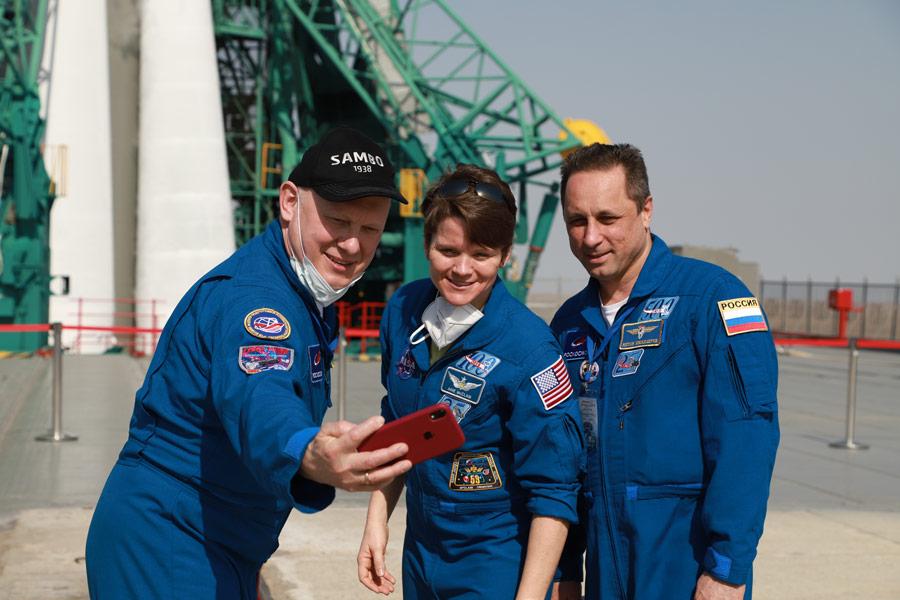 自撮りを楽しむソユーズMS-18バックアップクルー(Image:Roscosmos)