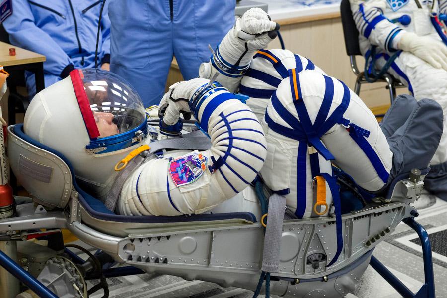 「ソコル」宇宙服のフィットチェック(Image:Roscosmos)