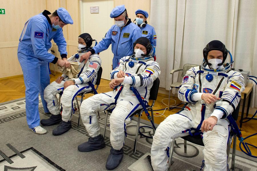 「ソコル」宇宙服を着込む(Image:Roscosmos)