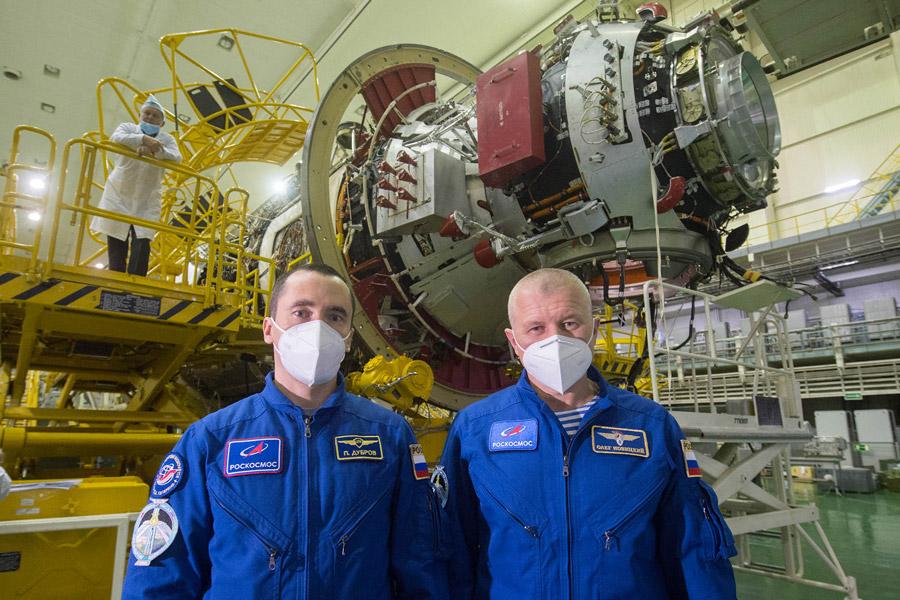 「ナウカ」モジュール前のノヴィツキー宇宙飛行士とドゥヴロフ宇宙飛行士(Image:Roscosmos)