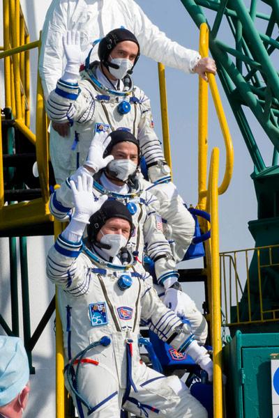 搭乗前に手を振るソユーズMS-18クルー(Image:Roscosmos)