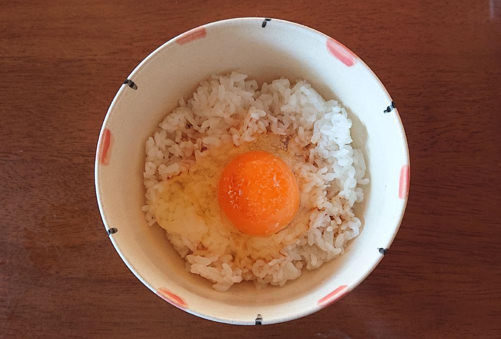 まずはごはんに生卵と醤油がダイビング。