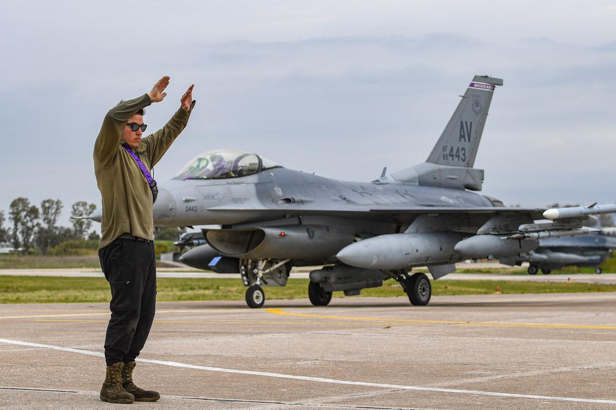 「INIOCHOS 21」のためイタリアを出発するアメリカ空軍のF-16(Image:USAF)