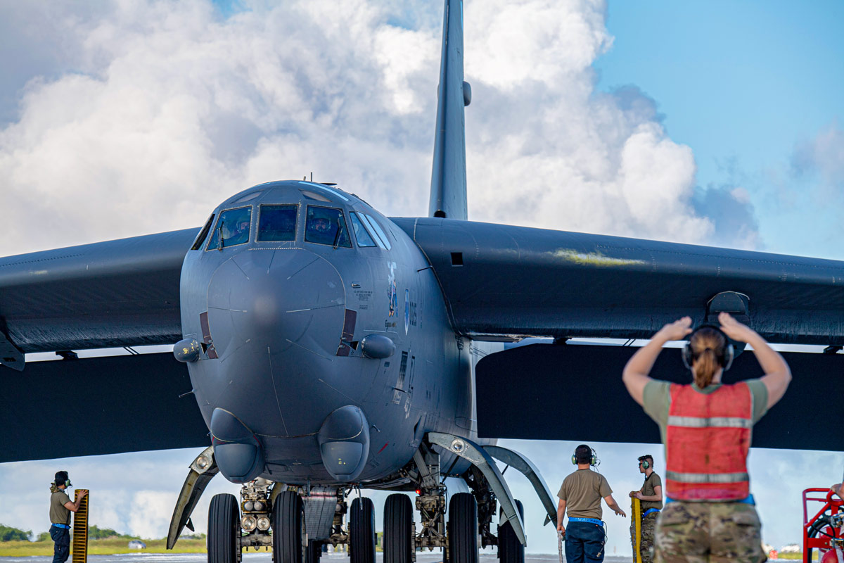 誘導されるB-52H(Image:USAF)
