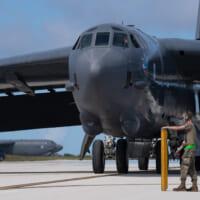 アメリカ空軍B-52爆撃機がグアムに進出 インド…