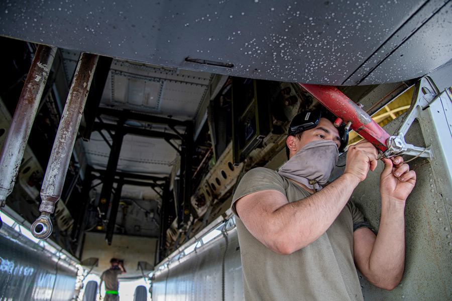 B-52H爆弾倉の整備作業(Image:USAF)