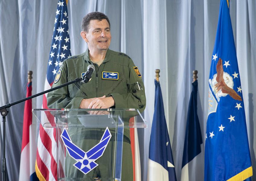 スピーチするロー中将(Image:USAF)