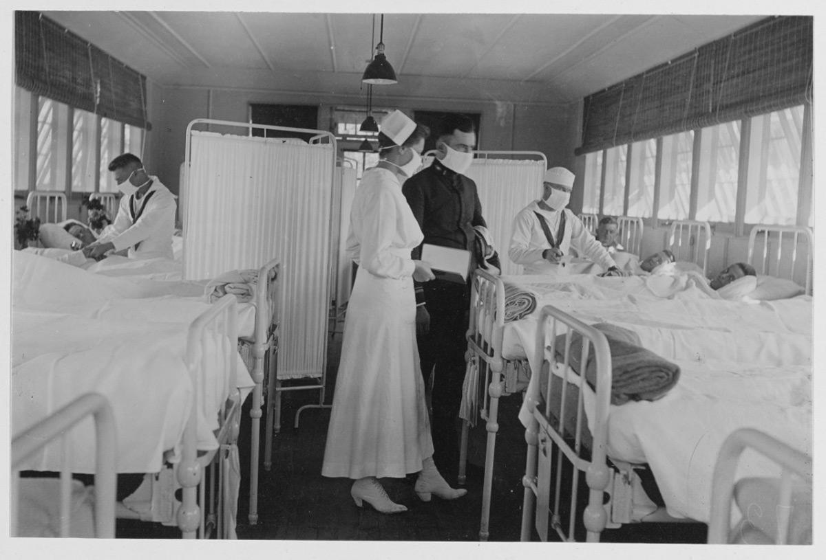 1918年のインフルエンザ大流行で患者の治療にあたる海軍の医師と看護師(Image:U.S.Navy)