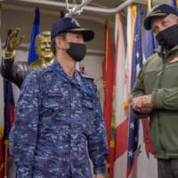 海上自衛隊護衛艦隊司令官 空母ロナルド・レーガンを訪問し司令…