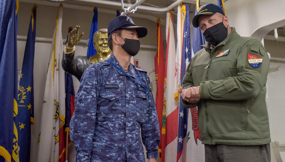 ロナルド・レーガンでペニントン少将と言葉を交わす斎藤海将(Image:U.S.Navy)