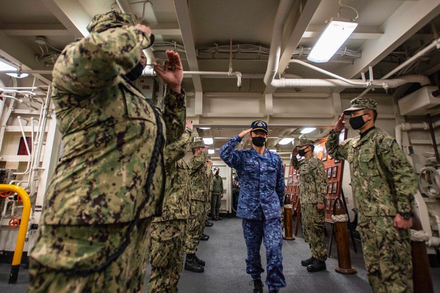 ロナルド・レーガンで乗組員の歓迎を受ける斎藤海将(Image:U.S.Navy)