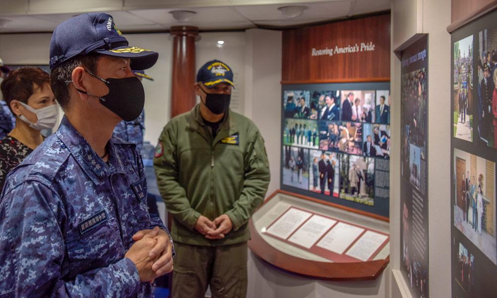 レーガン大統領記念コーナーを見学する斎藤海将(Image:U.S.Navy)