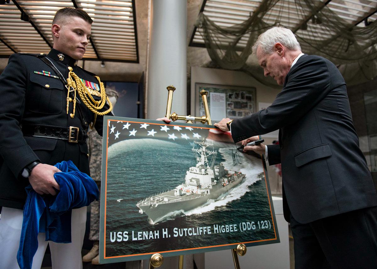 駆逐艦レナ・サトクリフ・ハイビーを発表する当時のメイバス海軍長官(Image:U.S.Navy)