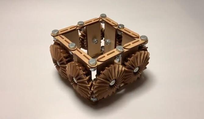 山城さんが投稿したのは、横四方に歯車が組み込まれた木工アート。