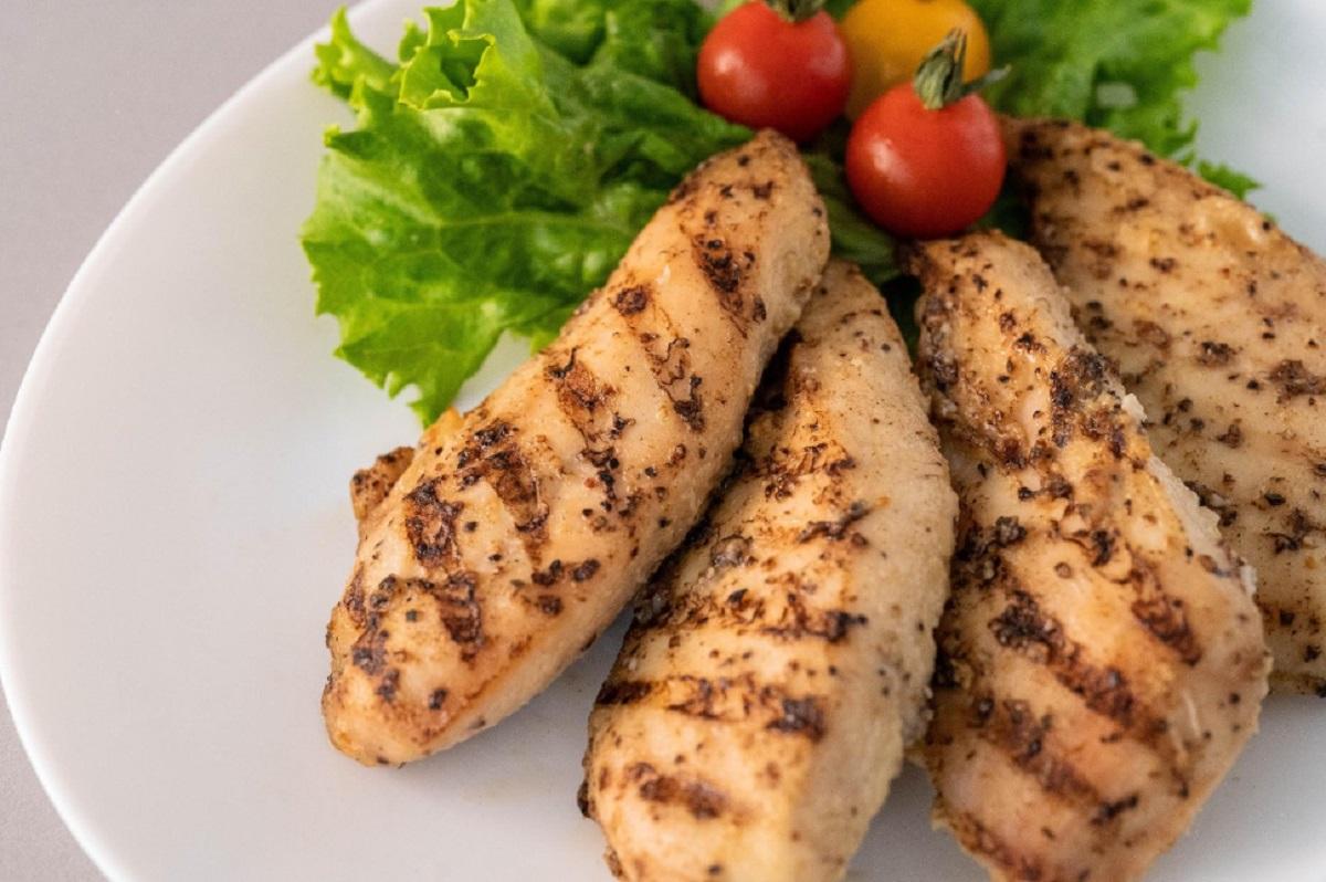 ファミマから温めてさらにおいしいサラダチキン「グリルサラダチキン」発売 ファストフード商品として開発