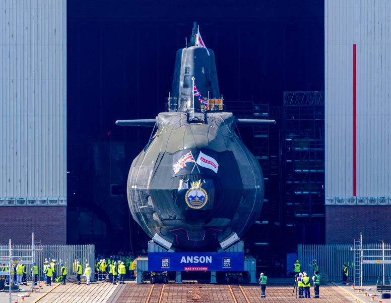 組立棟から引き出される潜水艦アンソン(Image:BAE Systems)