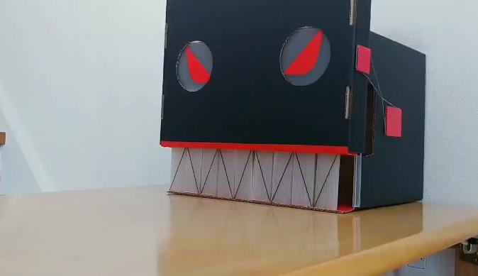 冒頭の映像に写し出されていたのは黒い箱で作られた何か。ボトルマンはいずこ?