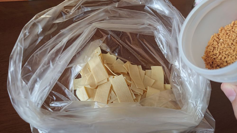 用意した「フレーバー」を豆腐皮に適量いれていきます。