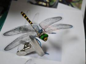 100均アイテムとコンビニ印刷機を用いて作ったオニヤンマの羽根の精巧ぶりが話題。