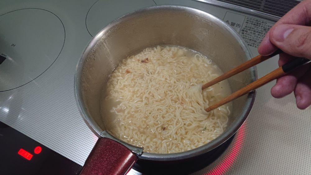 3分後、粉末スープを入れて混ぜ合わせていきます。