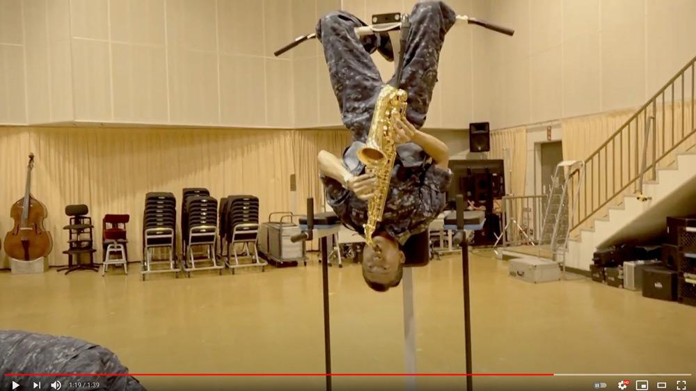 逆さ吊りで演奏するアルトサックス(スクリーンショット)