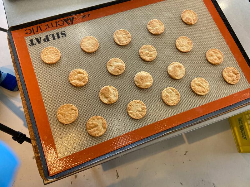 焼き上がったサバクッキー
