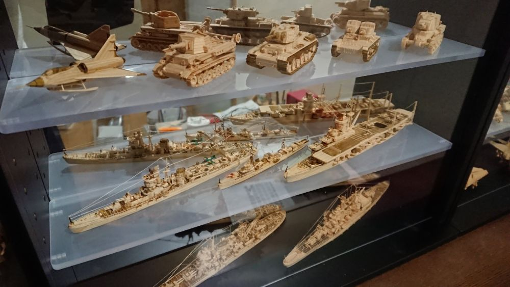 戦車や戦艦といった様々なミリタリー兵器の姿も。